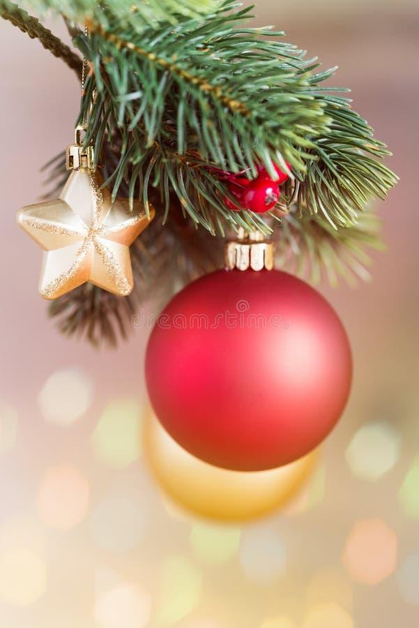 La Navidad de madera protagoniza delante de fondo de madera como plantilla foto de archivo