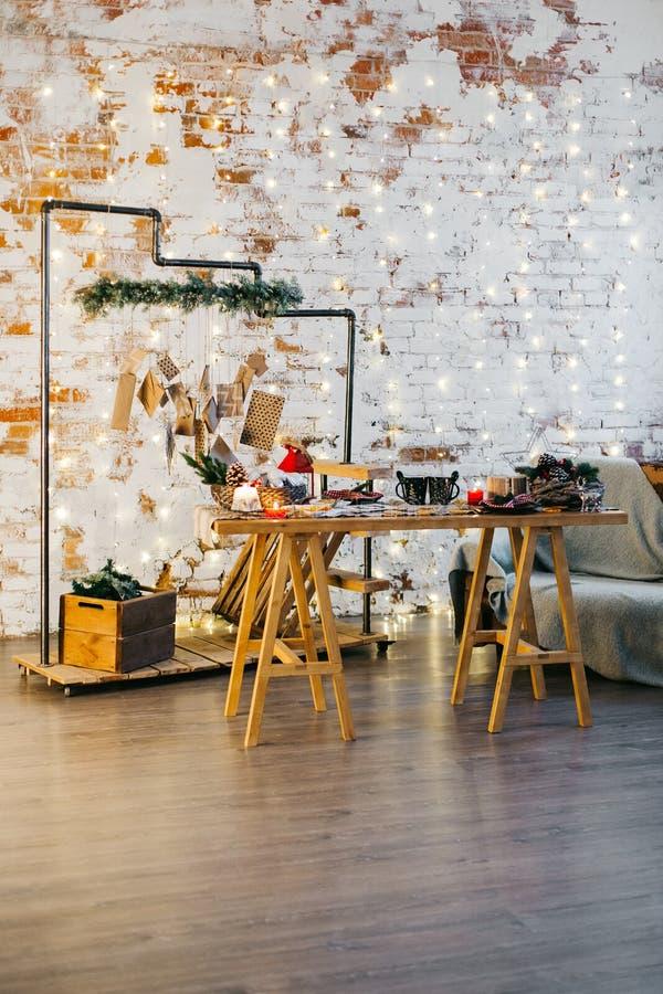 La Navidad de la sala de estar con la decoración del Año Nuevo fotos de archivo