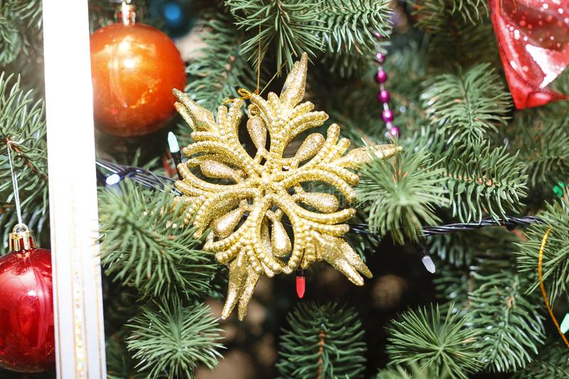 La Navidad, decoración, árbol, día de fiesta, rojo, nuevo, brillante, invierno, Navidad, chuchería, rama, abeto, cierre para arri fotografía de archivo libre de regalías
