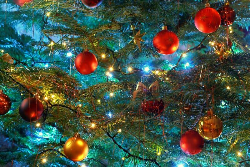 La Navidad del fondo de la iluminación con las decoraciones fotos de archivo
