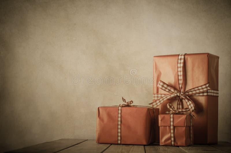 La Navidad del vintage - regalos en la tabla fotografía de archivo