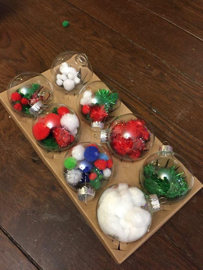 La Navidad diy para los niños, deja feliz el árbol en casa foto de archivo libre de regalías