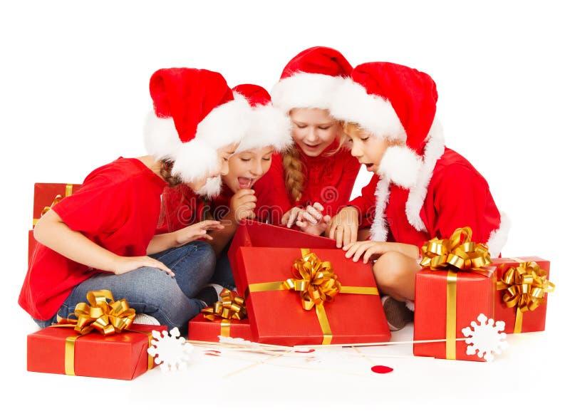 La Navidad embroma en caja de regalo de la abertura del sombrero de Papá Noel sobre el fondo blanco foto de archivo libre de regalías