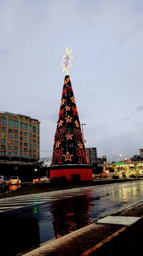 La Navidad en la ciudad Día lluvioso especial fotos de archivo