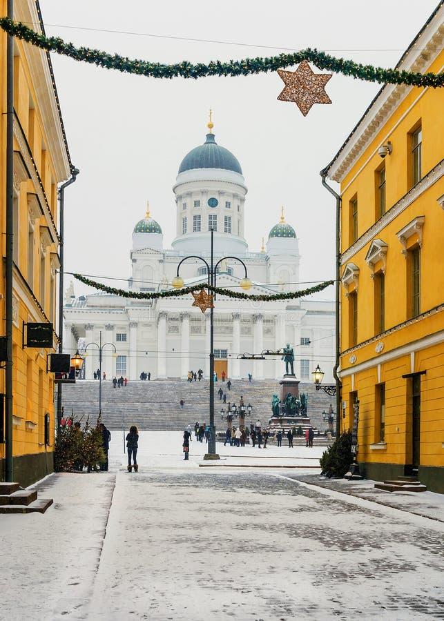 La Navidad en Helsinki Catedral de San Nicolás en el senado S imagen de archivo libre de regalías
