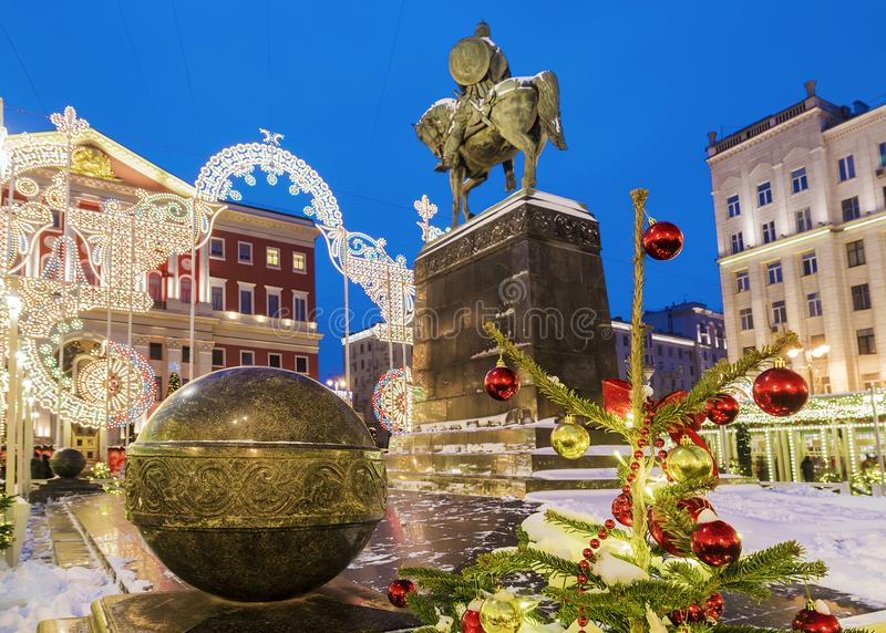 La Navidad en Moscú Decoración festiva en el monumento a Yuri imágenes de archivo libres de regalías