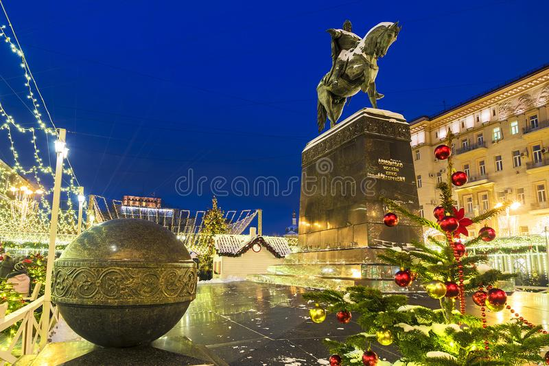 La Navidad en Moscú Decoración festiva en el monumento a Yuri foto de archivo libre de regalías