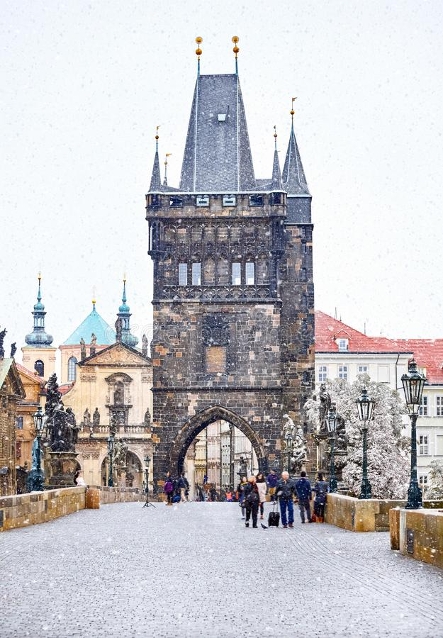 La Navidad en Praga, torre de Charles Bridge fotografía de archivo
