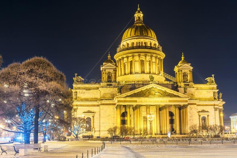 La Navidad en St Petersburg Catedral del `s de Isaac del santo imagenes de archivo