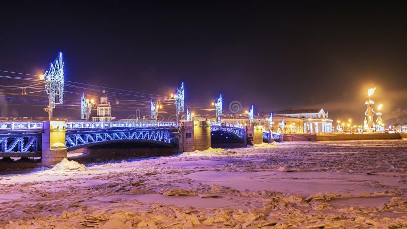 La Navidad en St Petersburg decoración festiva del Br del palacio imagen de archivo