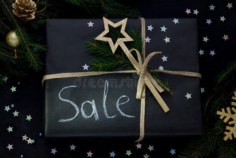 La Navidad, endecha plana del papier cadeau de papel oscuro de la pizarra del Año Nuevo con venta de la palabra imagen de archivo libre de regalías