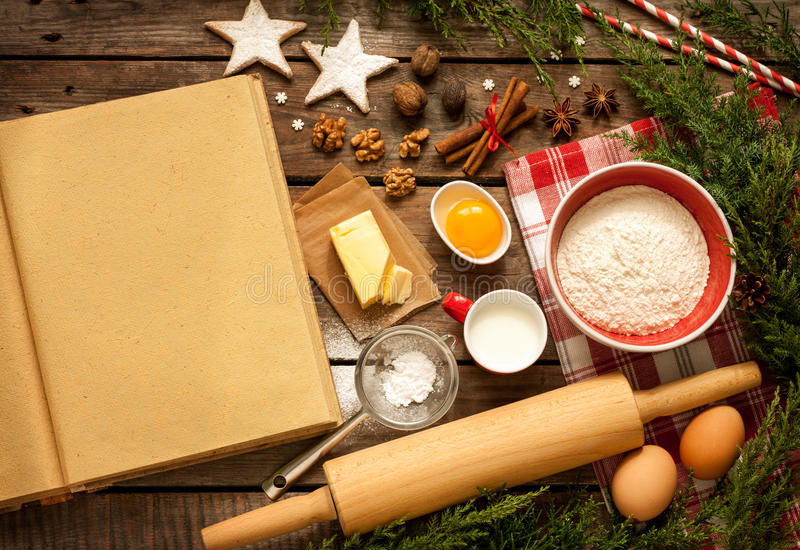 La Navidad - fondo de la torta de la hornada con los ingredientes de la pasta imagen de archivo