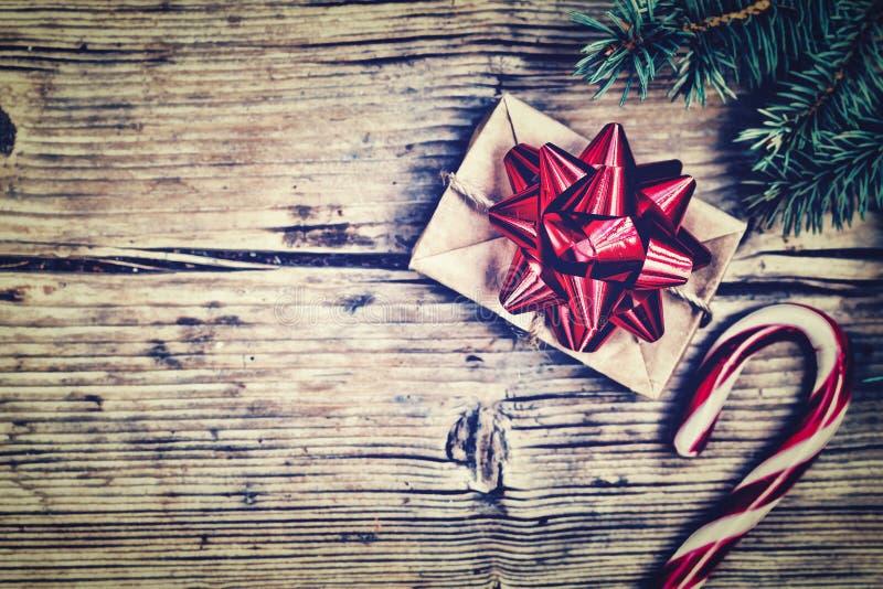 La Navidad, fondo del Año Nuevo, adornado, regalo, arco rojo, peludo fotos de archivo