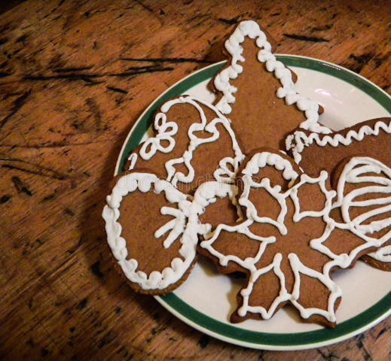 La Navidad, Navidad, galletas del pan de jengibre del día de fiesta con la decoración de congelación blanca foto de archivo