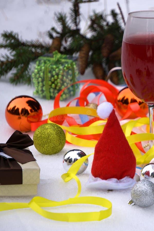 La Navidad, humor festivo: vidrio de la decoración del champán y del ` s del Año Nuevo Foco selectivo foto de archivo