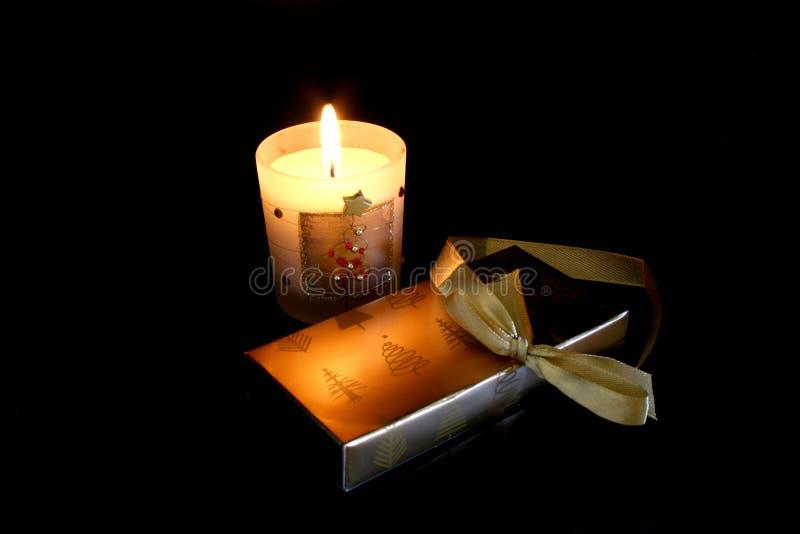 La Navidad iluminada por velas fotos de archivo