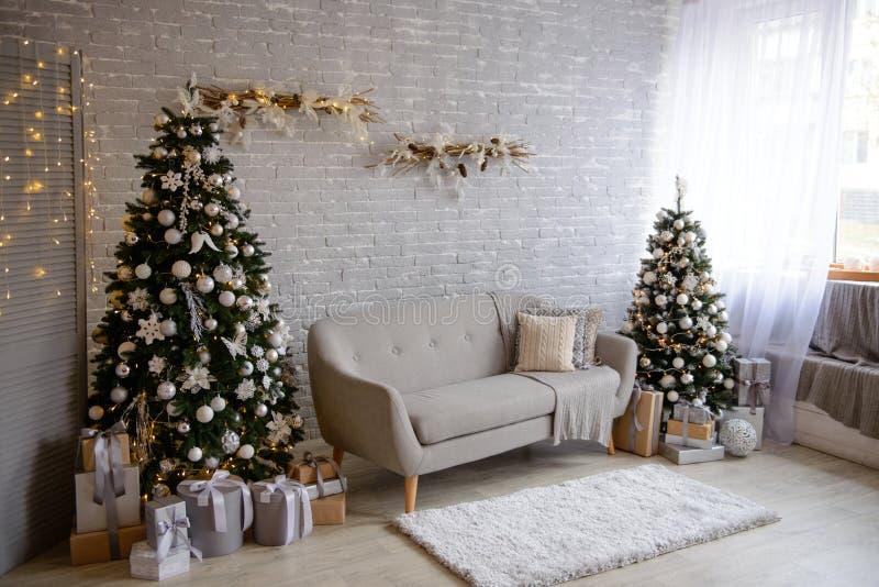 La Navidad interior con las cajas de regalo y los fuegos de la Navidad fotografía de archivo