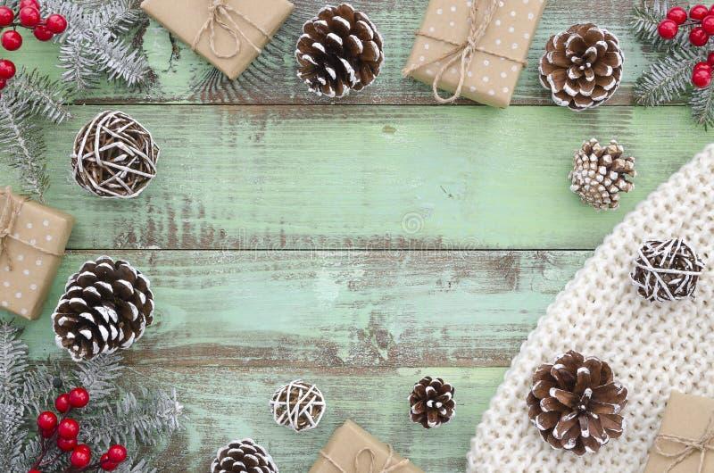 La Navidad, invierno, Año Nuevo, Navidad - mofa de la visión superior encima del fondo del marco Tablones de madera verdes rústic imagenes de archivo