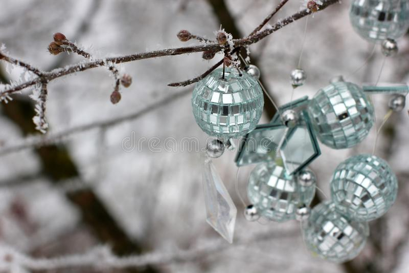 La Navidad juega la ejecución en el árbol Primera nieve Este árbol afuera en la nieve foto de archivo