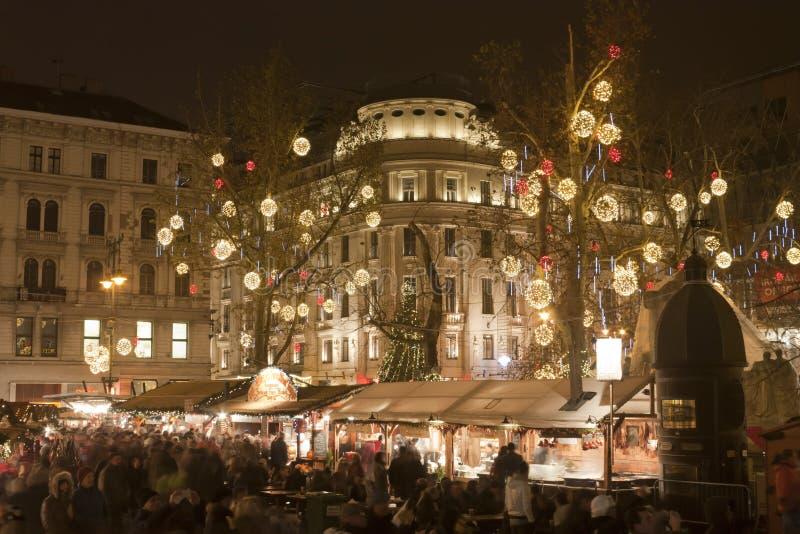 La Navidad justa en el cuadrado de Vörösmarty en Budapest imagenes de archivo