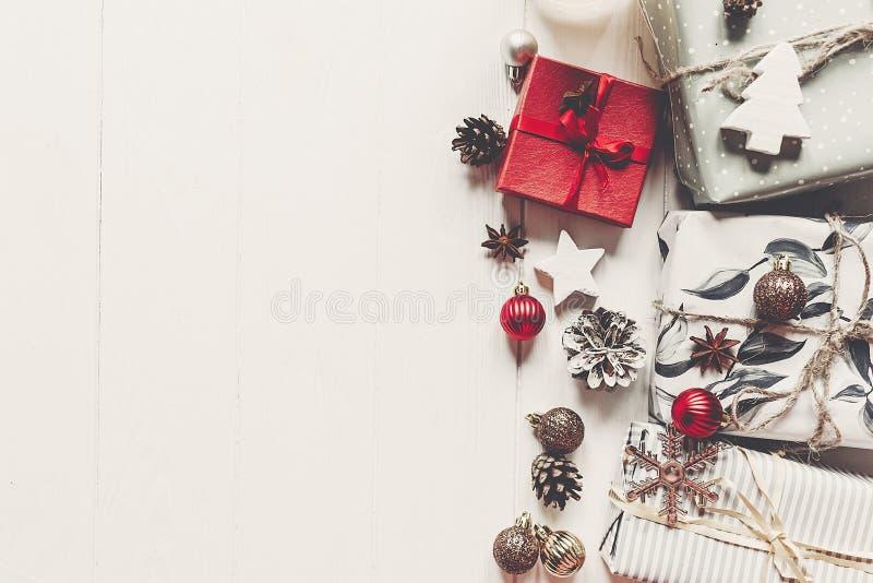 La Navidad moderna envolvió presentes con los ornamentos y conos en wh imagen de archivo libre de regalías