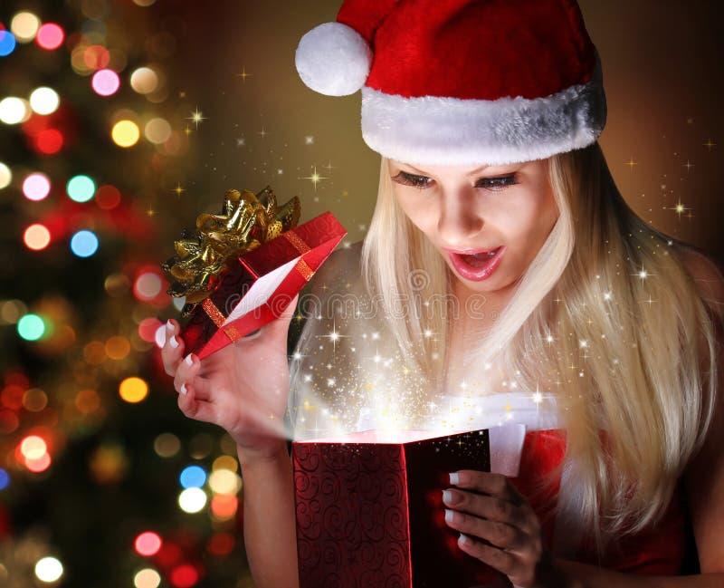 La Navidad. Muchacha rubia feliz con Santa Hat Opening Gift Box imagen de archivo