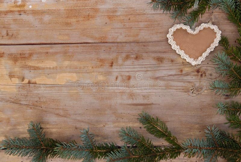 La Navidad natural con el corazón del pan de jengibre imagen de archivo libre de regalías