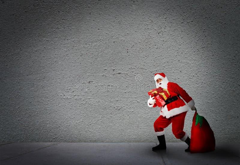 La Navidad Papá Noel con los regalos. imágenes de archivo libres de regalías