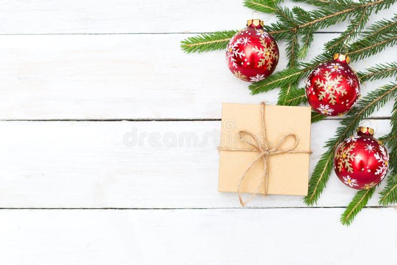 La Navidad Puntillas de la picea verde con los juguetes en una pizca fotografía de archivo libre de regalías