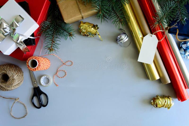 La Navidad que adorna la actual caja en fondo de madera gris Concepto de las decoraciones del Año Nuevo y de la Navidad fotos de archivo