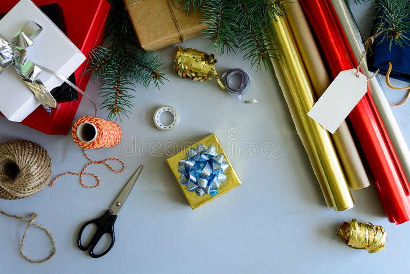 La Navidad que adorna la actual caja en fondo de madera gris Concepto de las decoraciones del Año Nuevo y de la Navidad imagen de archivo libre de regalías