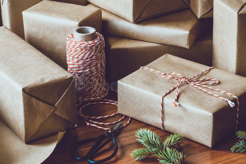 La Navidad que envuelve los regalos foto de archivo libre de regalías