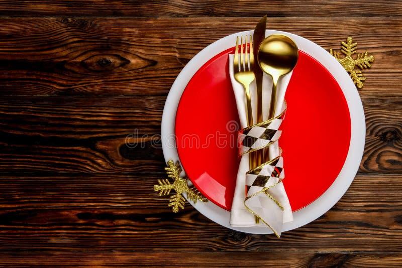 La Navidad que pone las citas de tabla, tabla que fija opciones Cubiertos, artículos del vajilla con la decoración festiva foto de archivo