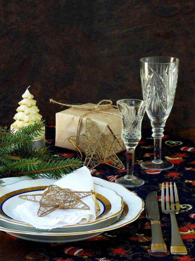 La Navidad rústica del día de fiesta y el Año Nuevo presentan el ajuste con las decoraciones de Navidad en la tabla de madera osc fotos de archivo