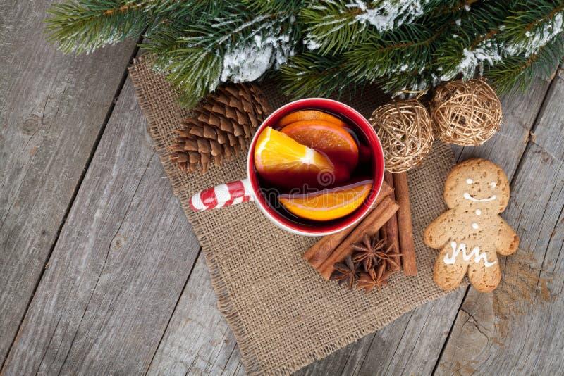 La Navidad reflexionó sobre el vino con el árbol de abeto, el pan de jengibre y las especias fotos de archivo