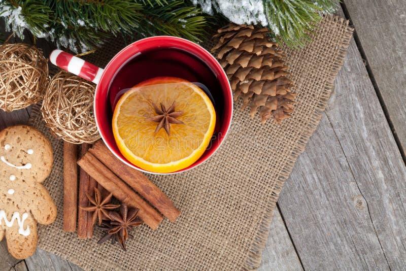 La Navidad reflexionó sobre el vino con el árbol de abeto, el pan de jengibre y las especias imagenes de archivo