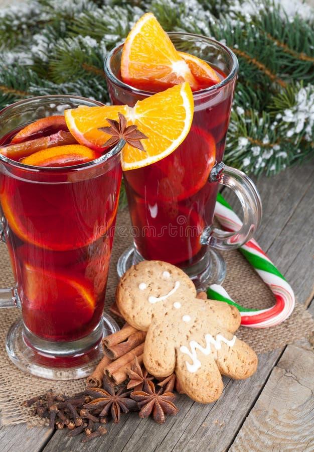 La Navidad reflexionó sobre el vino con las especias, el pan de jengibre y el tre nevoso del abeto foto de archivo libre de regalías