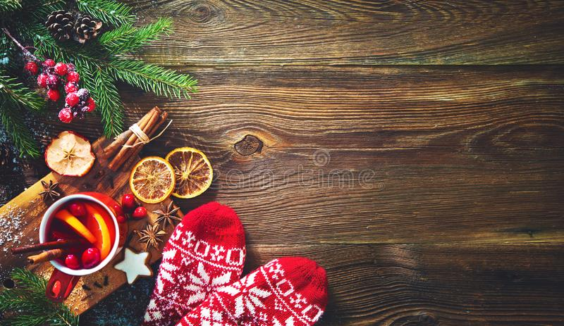La Navidad reflexionó sobre el vino rojo con las especias y las frutas en un Rus de madera imagen de archivo libre de regalías
