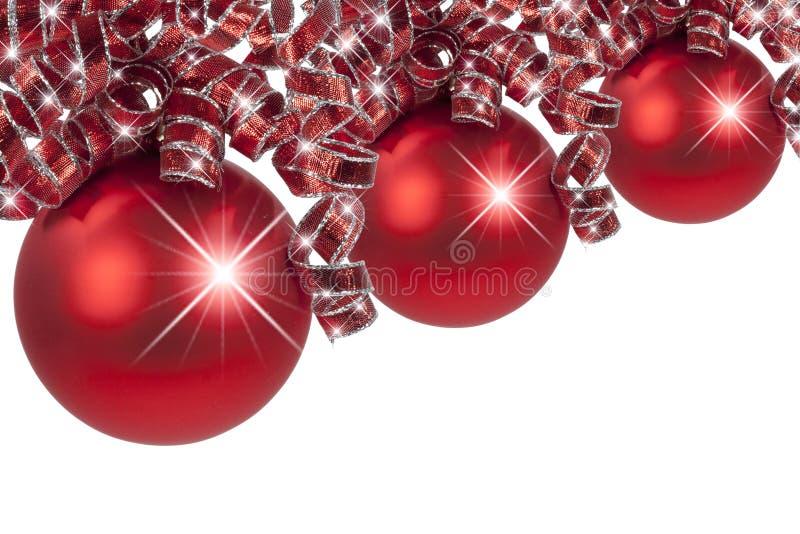 La Navidad roja adorna cintas rizadas foto de archivo libre de regalías