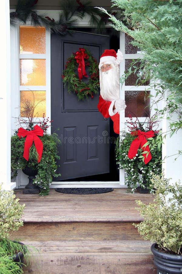 La Navidad Santa Claus en la puerta principal fotos de archivo libres de regalías