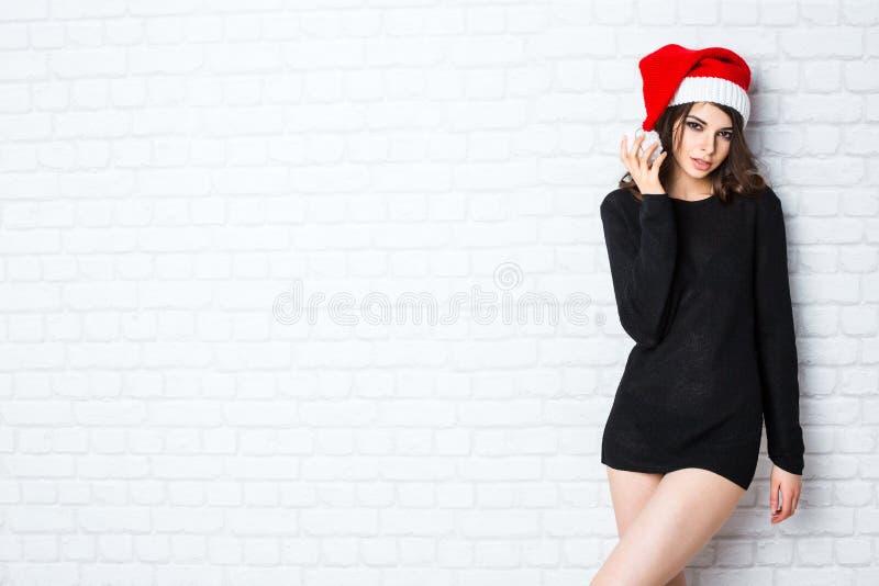 La Navidad santa Modelo sonriente hermoso de la mujer imagen de archivo