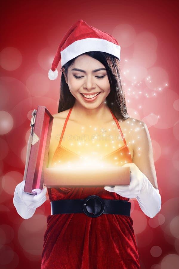 La Navidad Santa Woman Opening Gift Box fotografía de archivo libre de regalías