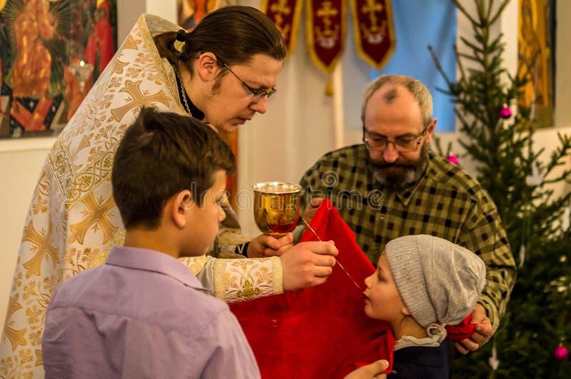 La Navidad servicio 7 de enero de 2016 ortodoxo en la iglesia de la región de Kaluga en Rusia fotografía de archivo