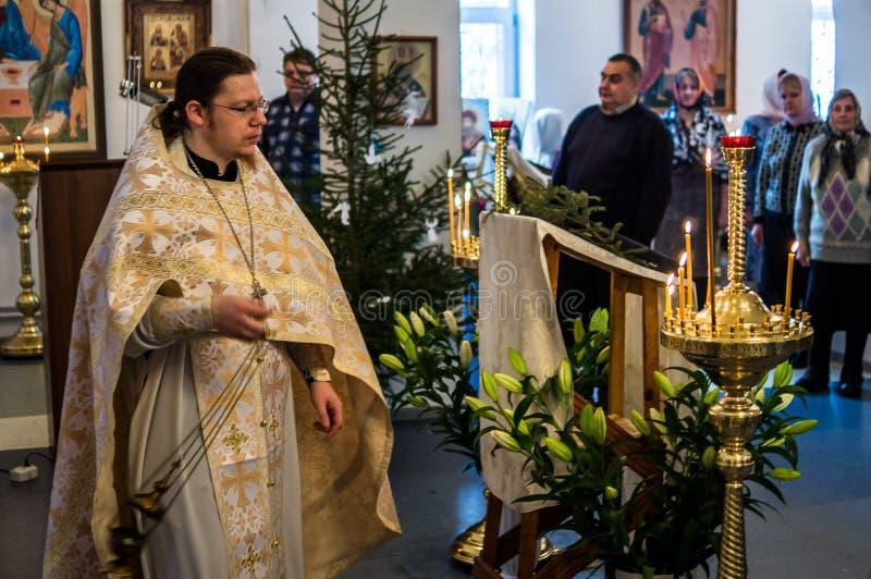 La Navidad servicio 7 de enero de 2016 ortodoxo en la iglesia de la región de Kaluga en Rusia imagenes de archivo