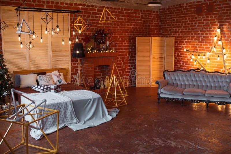 La Navidad Sitio interior del desván adornado en estilo de Navidad Ningunas personas Árbol y regalos del Año Nuevo imagen de archivo