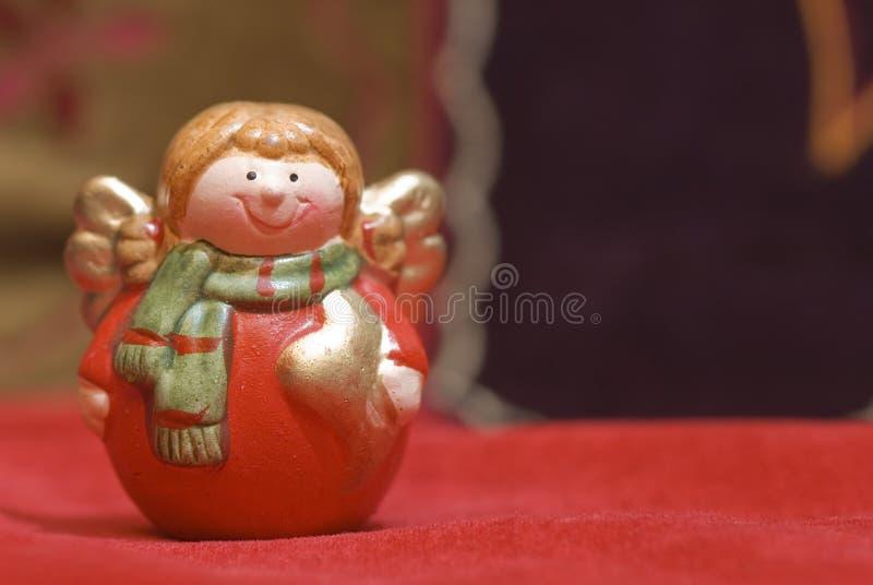La Navidad sonriente de la estatuilla del ángel fotos de archivo