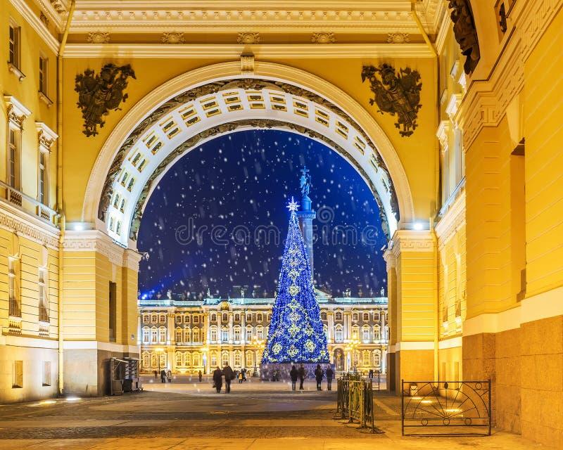La Navidad St Petersburg Vista del cuadrado del palacio a través del arco fotografía de archivo