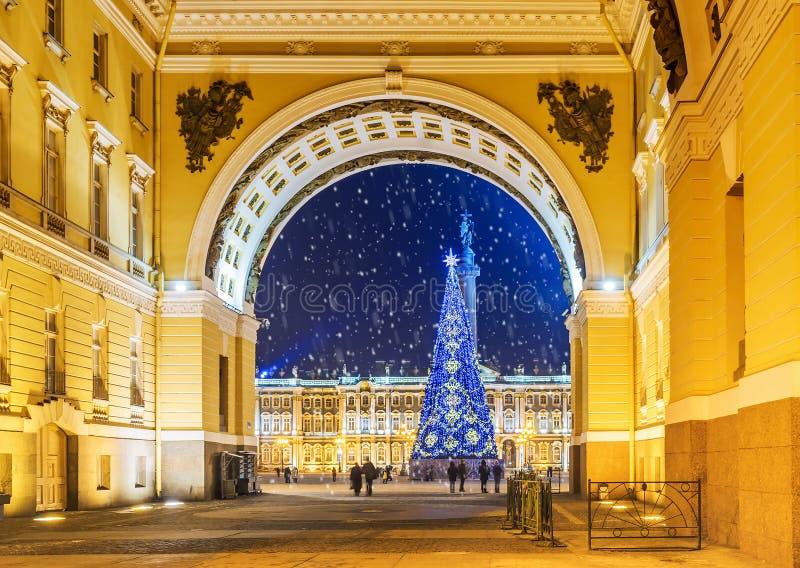 La Navidad St Petersburg Vista del cuadrado del palacio a través del arco fotografía de archivo libre de regalías