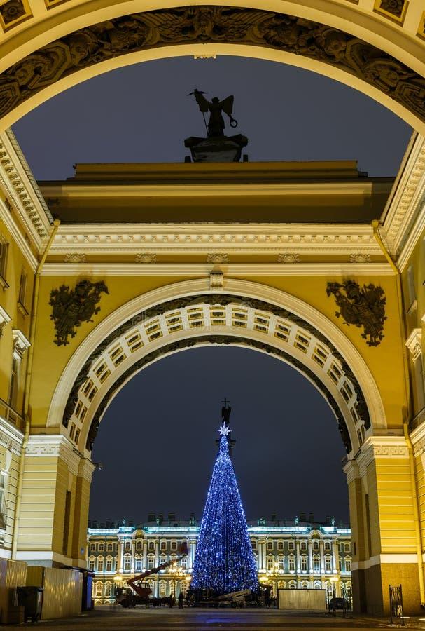 La Navidad St Petersburg Vista del cuadrado del palacio a través del arco de la iluminación brillante de la noche del estado mayo fotos de archivo