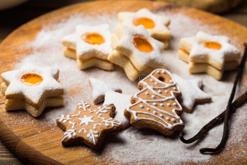 La Navidad stollen, las galletas y las galletas del pan de jengibre foto de archivo